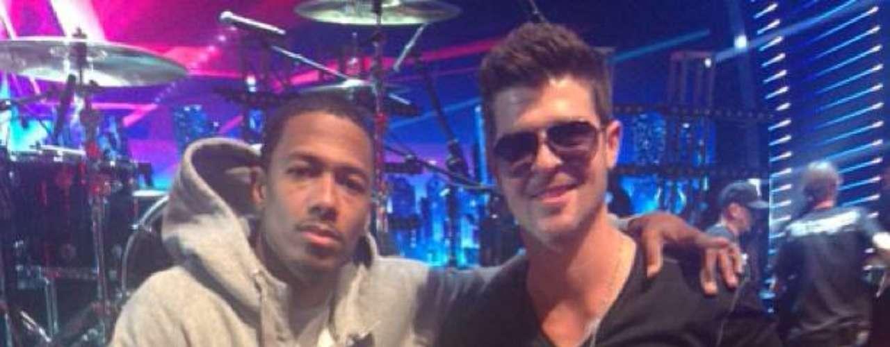 1 de Agosto - Robin Thicke y Nick Cannon 'unieron fuerzas' mientras el intérprete de 'Blurred Lines' ensayaba para su participación de 'America's Got Talent'