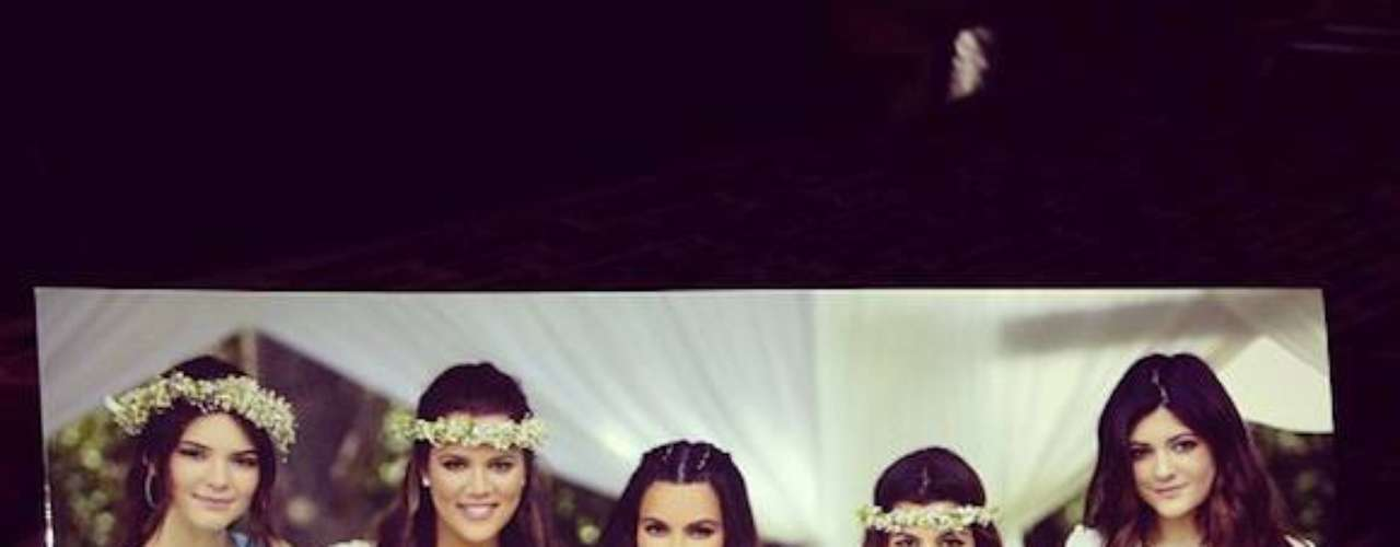 2 de Agosto - Khloé Kardashian se siente muy orgullosa de sus hermanas y publicó ésta foto donde se ven a todas muy hermosas y angelicales aquella vez del baby shower de Kim.