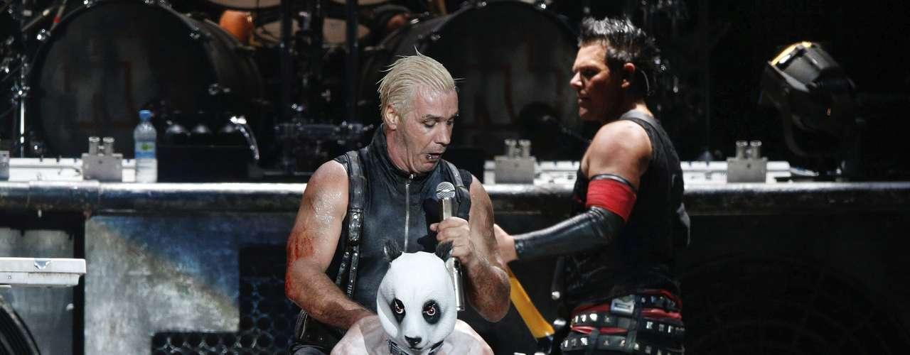 El cantante del grupo de rock germano Rammstein Till Lindemann usó a su compañero de grupo el teclista Christian Lorenz como un caballo, mientras actuaban en el Festival de Wacken. Unas 75.000 personas se prevé que asistan al festival de heavy metal más importante del mundo que se celebra del 1 al 3 de agosto.