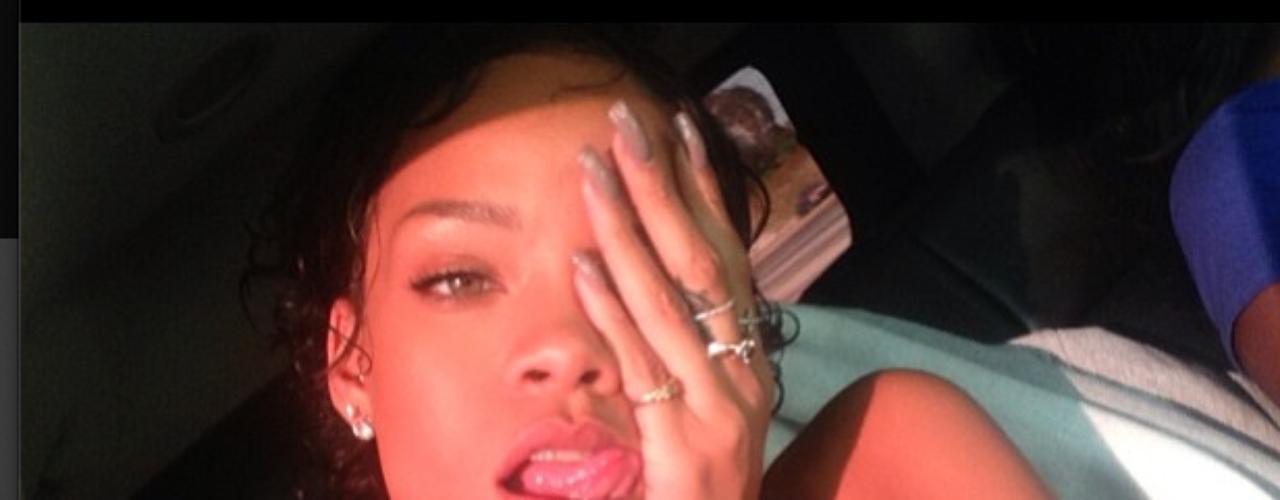 2 de Agosto - Lopeor que le puede pasar a Rihanna es estar atorada en el tráfico o bueno, ella así nos lo hizo sentir con esta foto de aburrimiento mientras estaba varada dentro de su auto.
