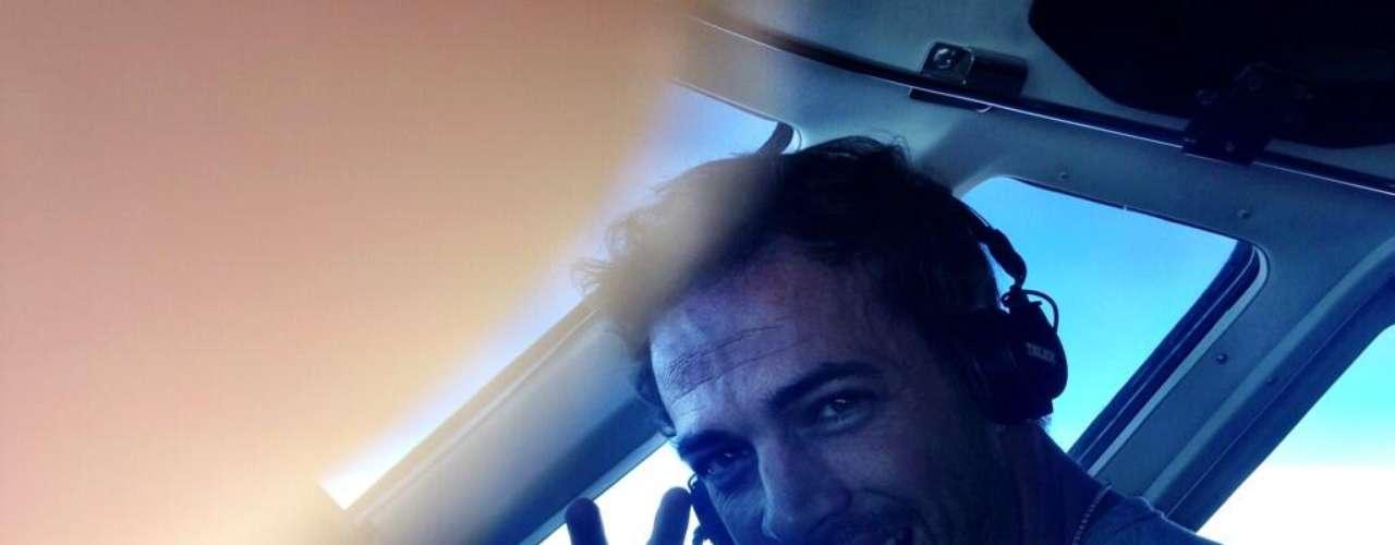 5 de Agosto - William Levy presumió en su Twitter que es un excelente alumno mientras le imparten clases de vuelo. El actor estuvo acompañado de profesionales en todo momento y de su adorable hija...