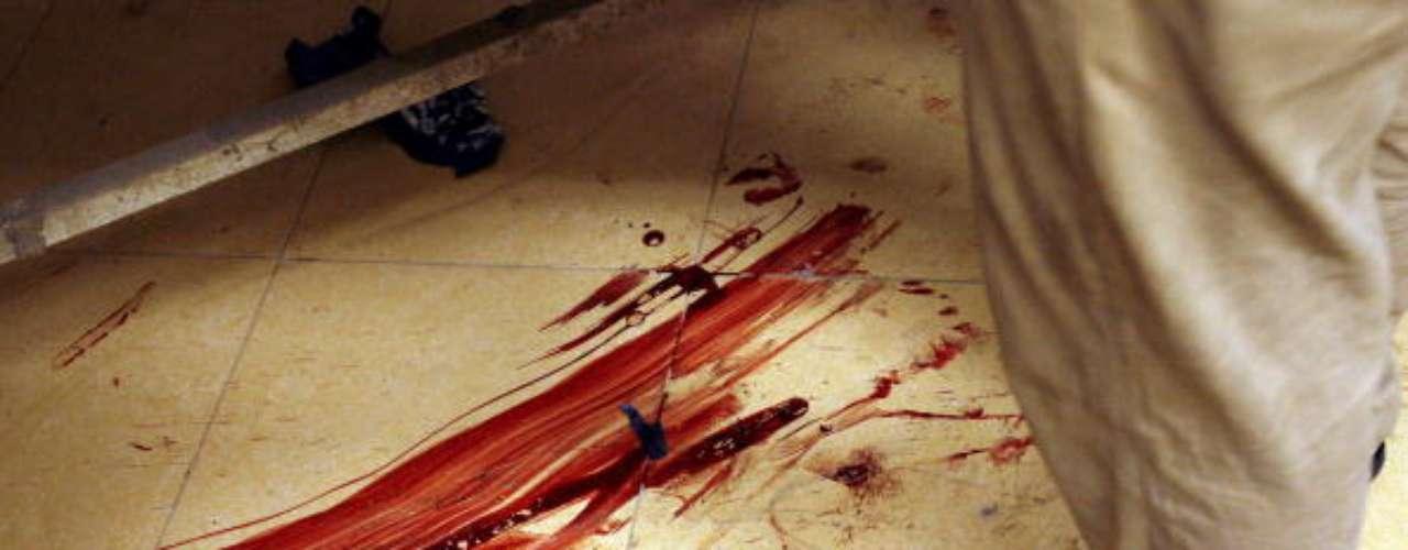 Noche nefasta. Conmoción también causó la muerte de Xiomara Fernández Rosario, el pasado mes de mayo de 2012 en la comunidad de Toa Alta, en Puerto Rico. Su ex pareja la trato de degollar con un cable de corriente. El cadáver de la occisa, de 33 años, fue hallado por su hija, de 15. El agente Manuel Méndez Nieves narró en esa oportunidad que entró a la casa y encontró el cuerpo sin vida de la mujer tendida boca arriba en la cama de su habitación con una herida punzante de un extremo a otro del cuello. También tenía un cable eléctrico alrededor. Fuentes aseguraron que el marido celoso cometió el crimen al enterarse que, al parecer, la mujer se dedicaba al comercio sexual.