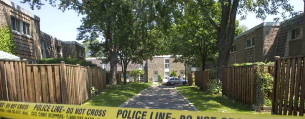 Asesinato múltiple. El 25 de febrero de 2009 una comunidad de Miami se sorprendió ante las acciones de un hombre; el sujeto después de matar a su esposa de múltiples disparos acabó también con la vida de sus dos hijas, de 11 y 12 años de la misma manera. Al parecer el hombre discutía fuertemente con su conyugue hasta que se escucharon varias detonaciones, por lo que la policía manejó motivos pasionales como móvil del crimen. El autor del asesinato decidió finalmente quitarse la vida.