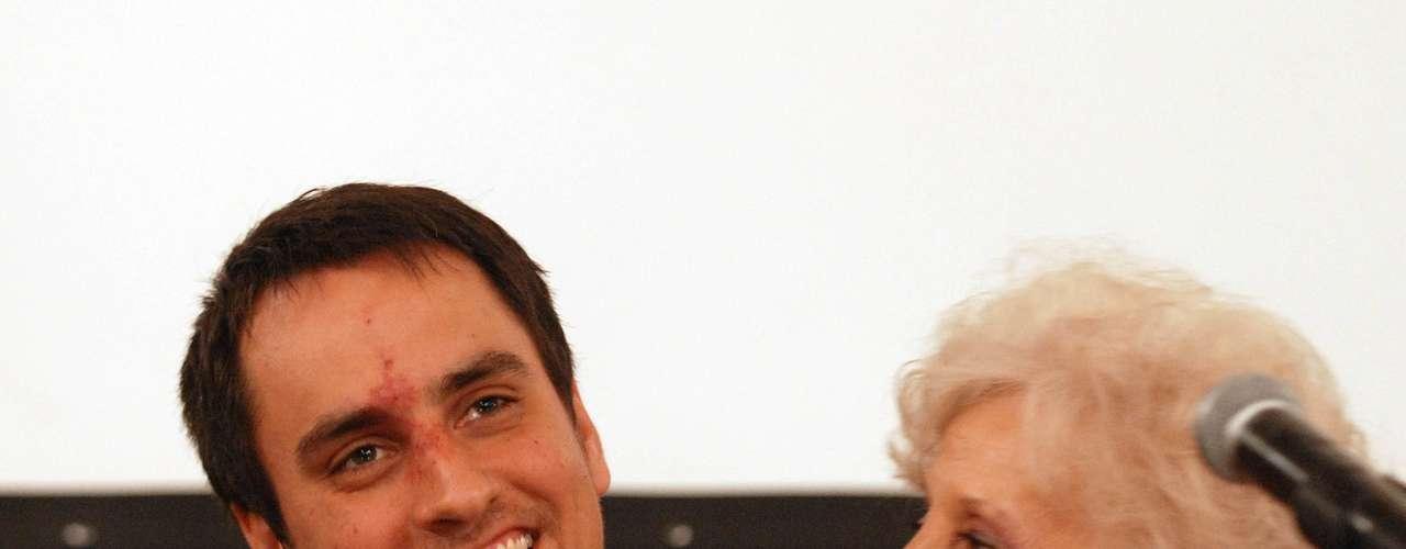 Juan Cabandié es actual legislador porteño y nieto recuperado por Abuelas de Plaza de Mayo que conoció su identidad hace apenas unos años, cuando los estudios genéticos confirmaron que sus padres, Damián y Alicia, fueron secuestrados en la ESMA y la maternidad clandestina que allí funcionaba fue su lugar de nacimiento.