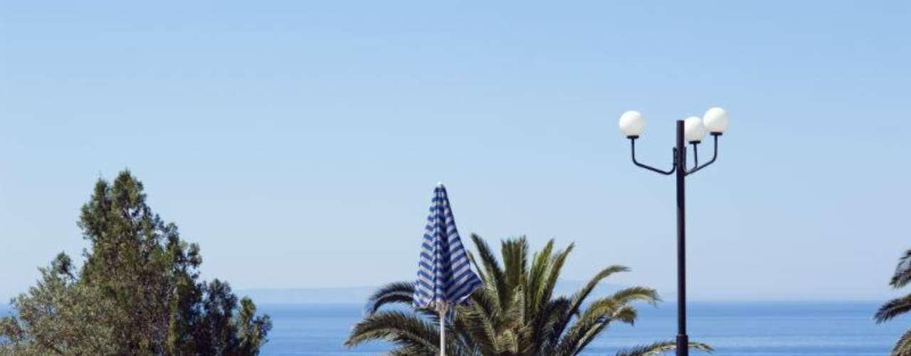 Hotel Vritomartis, Creta, Grecia. Este hotel naturista ofrece un ambiente relajado, ideal para parejas adultas que buscan tranquilidad. Cuenta con una bella alberca con vista al mar.