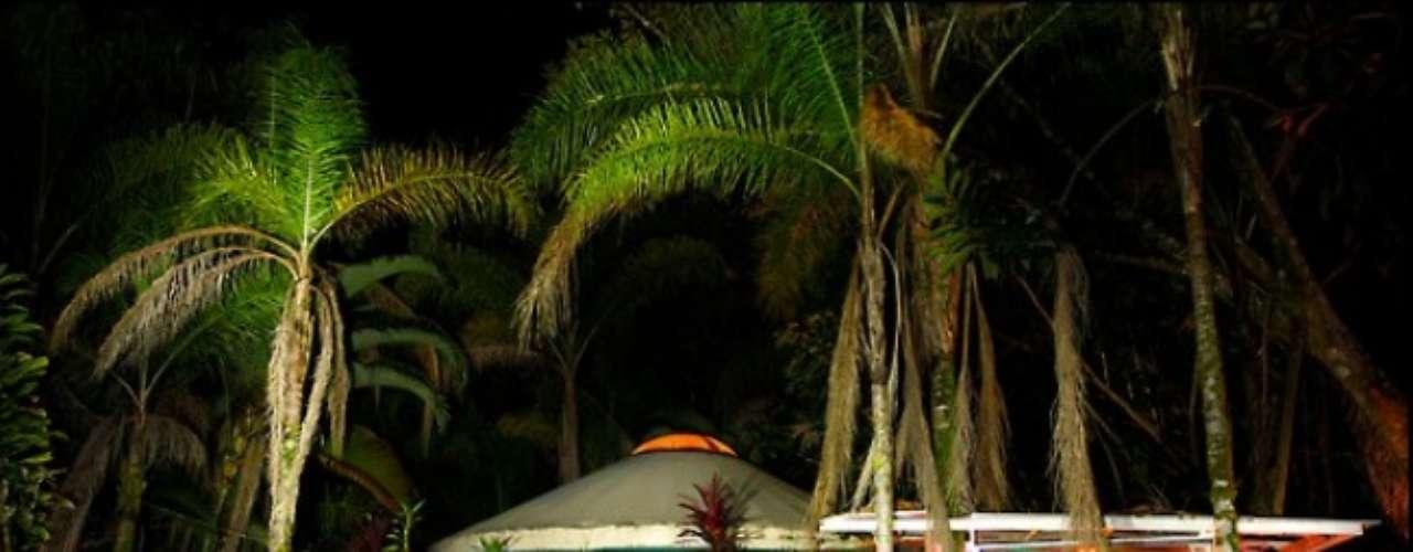 Hangin Loose, Hawaii. Este recinto enclavado en el área rural y pacífica de Hawaii se autodefine como un hotelito romántico estilo europeo. El nudismo es opcional, pero ¿quién no querría sentirse libre en este entorno tan paradisiaco?