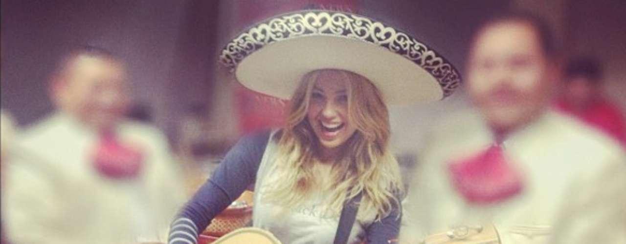 Thalía dejó salir su sabor mexicano vestida como todo un mariachi. \