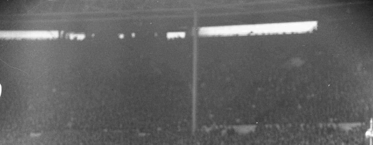 Ferenc Puskas, fue poseedor de una zurda de privilegio. Formó parte de la selección de Hungría que ganó el oro olímpico Helsinki 1952 y es uno de los goleadores históricos del Real Madrid. Conocido como el Comandante Galopante, Puskas ganó cinco veces la liga con el conjunto merengue y cuatro pichichis.