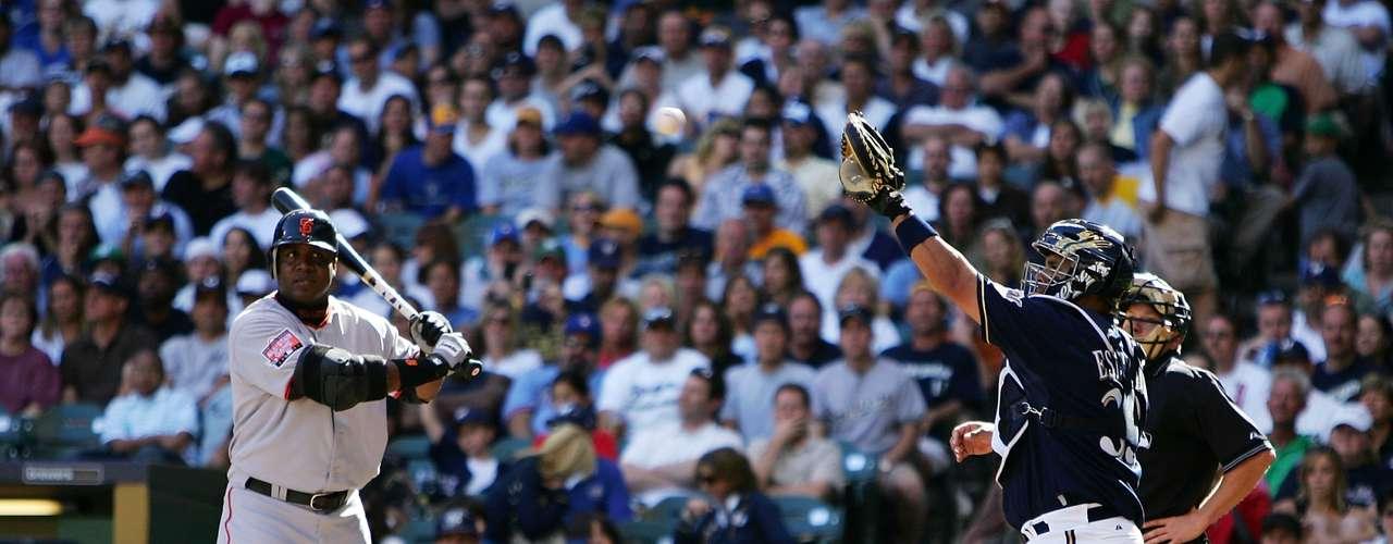 Barry Bonds posee una de las marcas más impresionantes de las Grandes Ligas del beísbol, anotó 73 cuadrángulares en una sóla campaña de 82 partidos. Además, Bonds es el dueño del récord de la mayor cantidad de home runs acumulados en su trayectoria con 762, superando al histórico Babe Ruth.