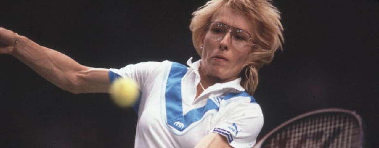 Martina Navratilova, checa de nacimiento y estadounidense por naturalización, tuvo una carrera brrillante en el tenis femenino, muchos expertos la colocan como una de las tres mejores de todos los tiempos. A lo largo de su carrera conquistó 167 títulos en la modalidad de singles, incluidos 18 campeonatos de Grand Slam. Navratilova, junto con Margaret Smith son las únicas tenistas en ganar los cuatros Grand Slams en singles, dobles y mixtos. En 1994 recibió uno de los mayores galardones para un deportista, el premio Príncipe de Asturias.