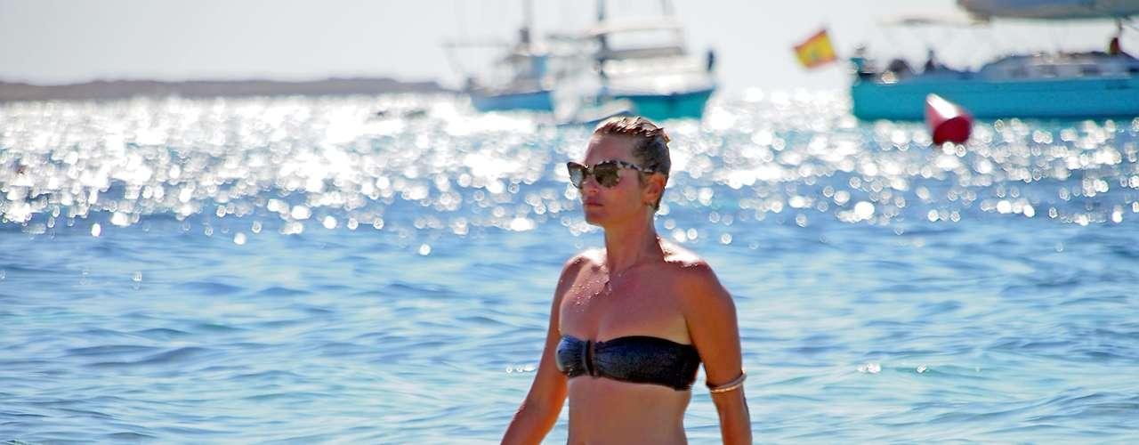 Los años no pasan por Kate Moss. Laescultural modelo lució un dominuto bikini mientras vacacionaba en España con su familia.