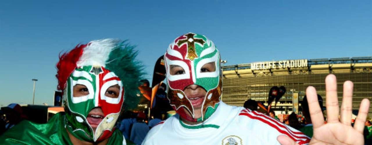 Las máscaras de luchadores no faltan en los partidos de la selección mexicana.