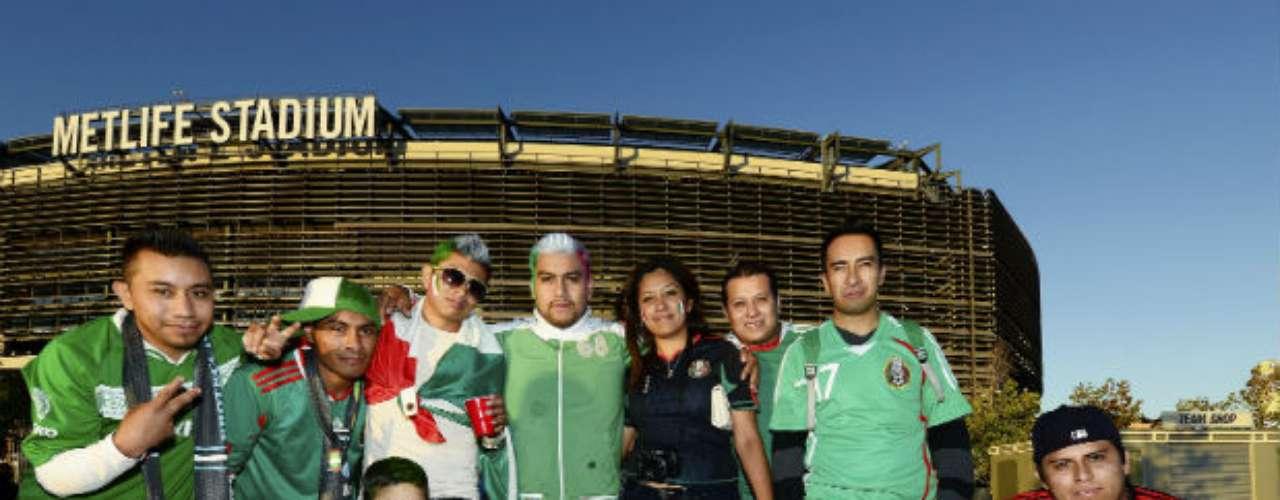 Familias completas acudieron al estadio Metlife para apoyar a la selección mexicana.
