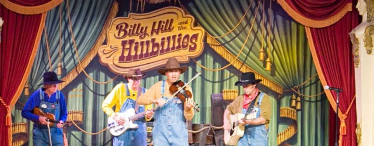 Billy Hill & The Hillbillies. Baila al ritmo de música country con cuatro divertidísimos violinistas. El espectáculo se presenta en Frontierland desde ¡1955! Según el Libro Guinness, es el espectáculo en vivo con el mayor número de presentaciones del mundo.