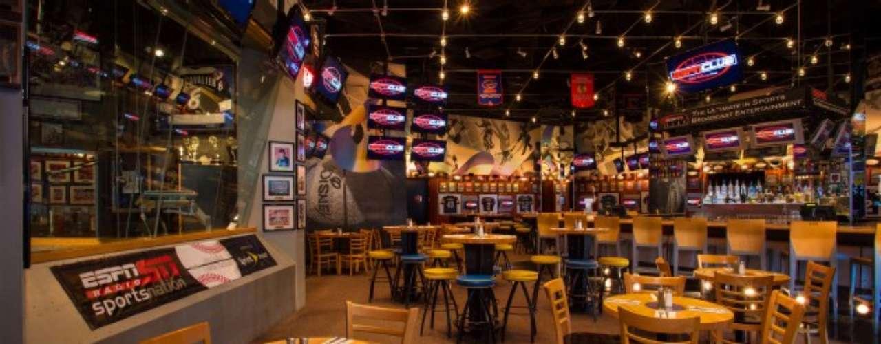 ESPN Club. Aquí tómate una cerveza y diviértete mirando algún juego en las más de 100 pantallas del lugar. Está en EPCOT.