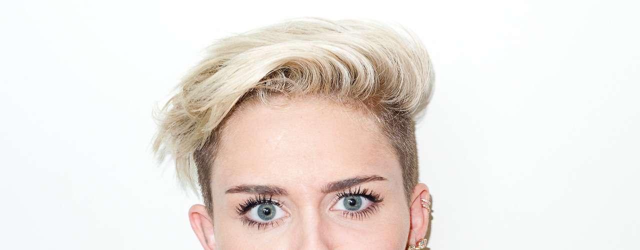 15 de Agosto - Miley hizo caras raras y poses muy sugerentes a la hora de la sesión fotográfica