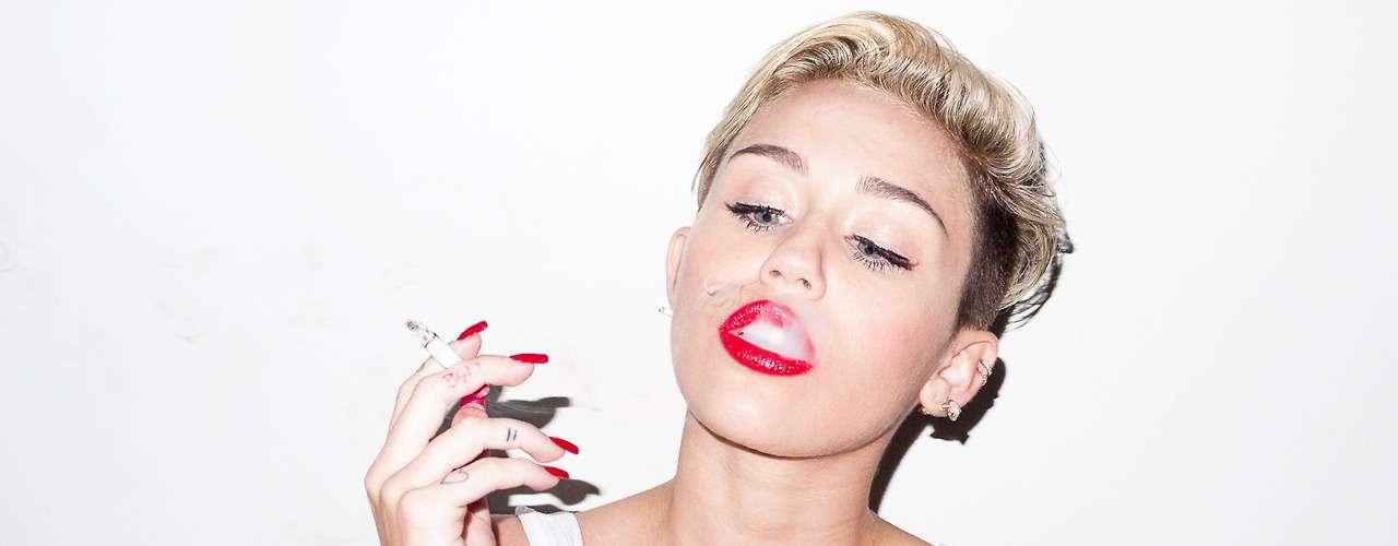 15 de Agosto - Miley Cyrus sigue dando mucho de qué hablar debido a estas polémicas fotos donde aparece fumando y posando para la cámara del reconocido artista Terry Richardson