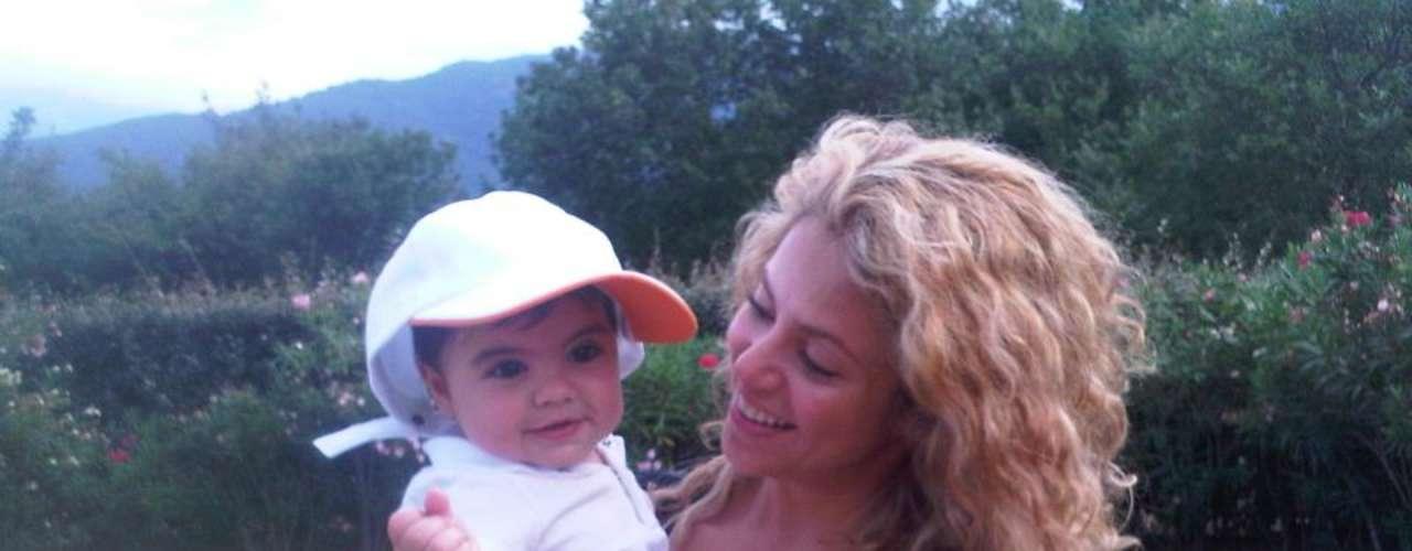16 de Agosto - Shakira y Milan se la pasan viajando por todo el mundo. La cantante dejó Los Ángeles donde se encontraba trabajando para viajar a Francia y presumirnos esta foto con su adorable hijo. 'Ya en la tranquilidad de la campiña francesa!', fue lo que escribió Shakira.