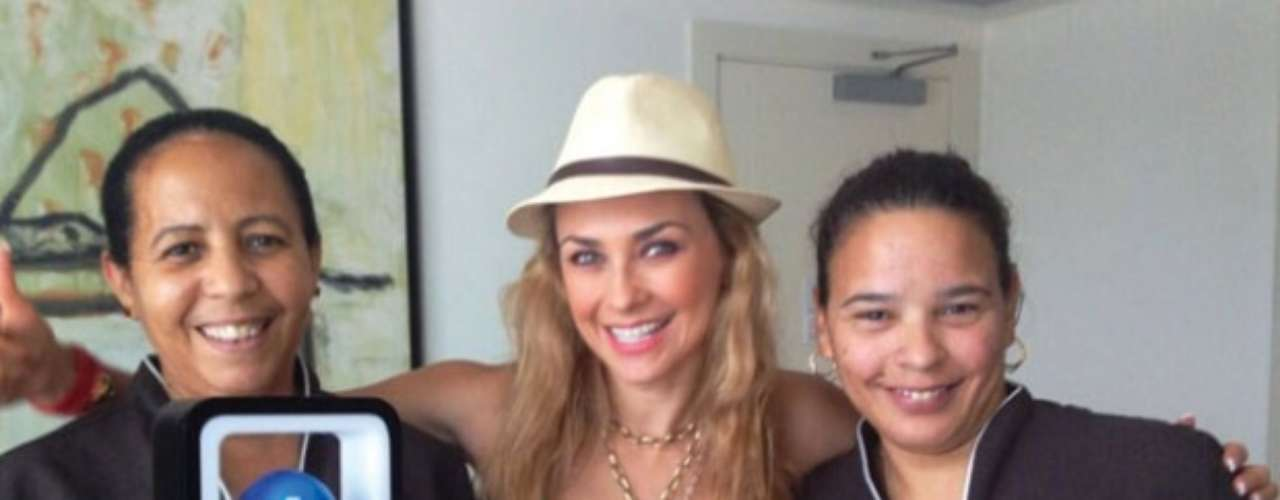 19 de Agosto - Aracely Arámbula sigue celebrando su triunfo en Premios Tu Mundo 2013 y así lo hizo con dos admiradoras que se encontraban en el hotel donde se hospedaba. ¡Qué linda!