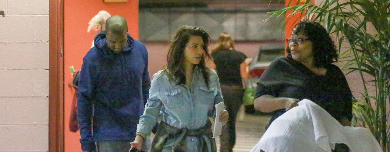 Tan solo dos meses después de haber dado a luz a su bebe Noth West, la célebre Kim Kardashian hace su primera aparición pública mostrando su muy recuperada figura, en compañía de Kanye  y la niñera.