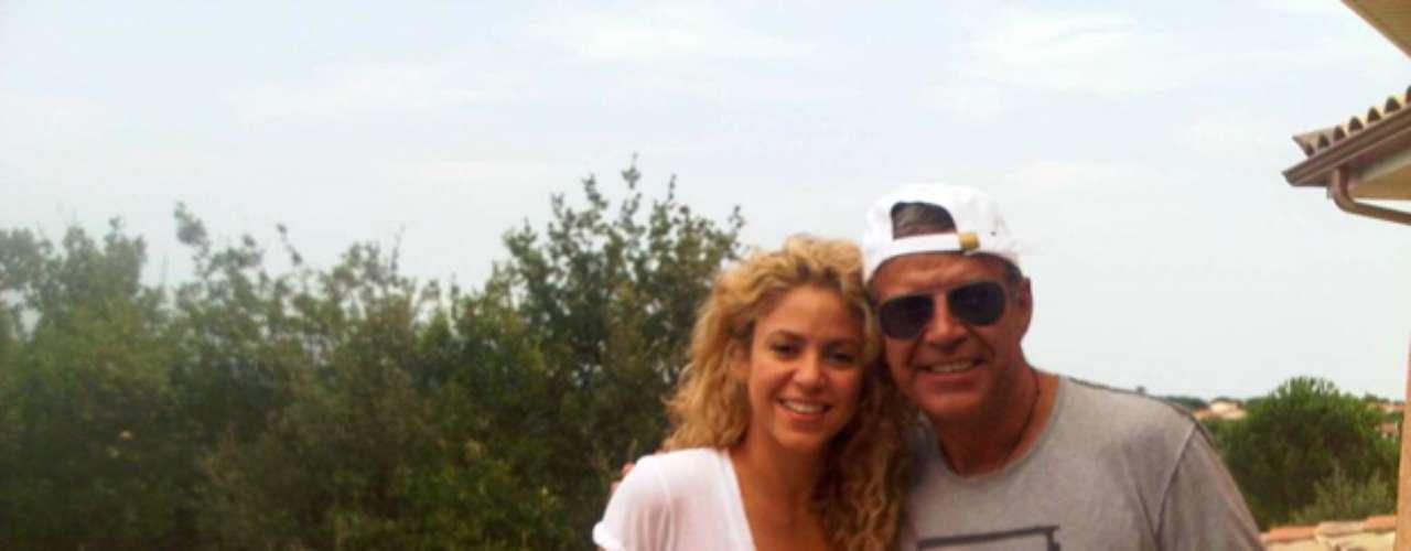 Shakira se encuentra alejada del mundo en su refugio francés, en el cual recibió la visita de sus suegros el fin de semana, según lo reveló con esta fotografía en su cuenta de Twitter.