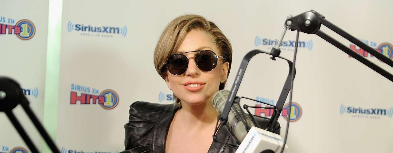 ¡Mamacita! Lady Gaga lució tremendo escotazo en los estudios del programa radial \