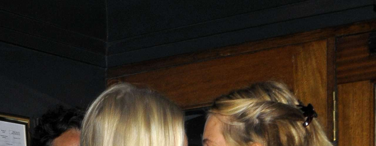 Poppy Delevingne y Sienna Miller se despiden muy cariñosas después de pasar un buen momento en compañía del diseñadorMatthew Williamson en Londres. Ambas mujeres estuvieron casi todo el día juntas hasta que terminaron su veladda en un restaurante.