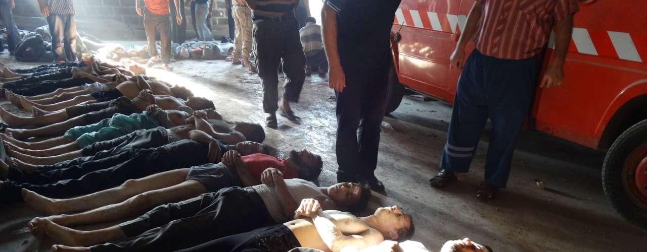 Según fuentes de la oposición, centenares de personas murieron al inhalar gas y al quedar expuestas a las armas químicas tras un bombardeo del ejército.