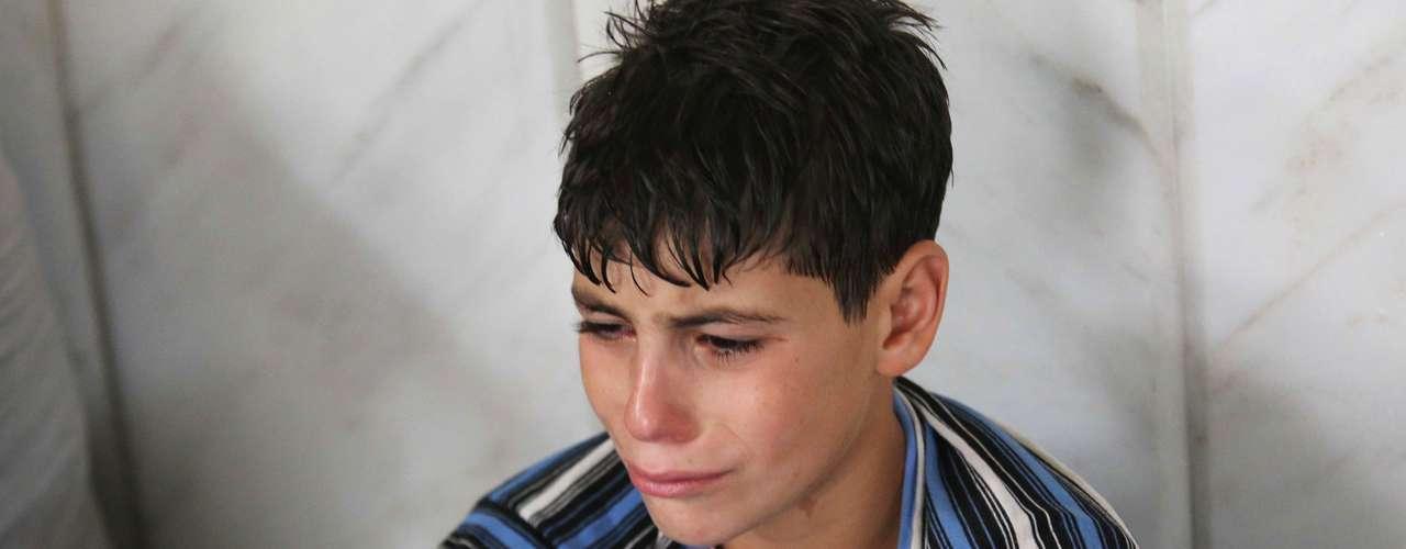 Un niño que sobrevivió a lo que dicen serun ataque con gases tóxicos llora mientras se refugia dentro de una mezquita en el barrio Duma de Damasco.
