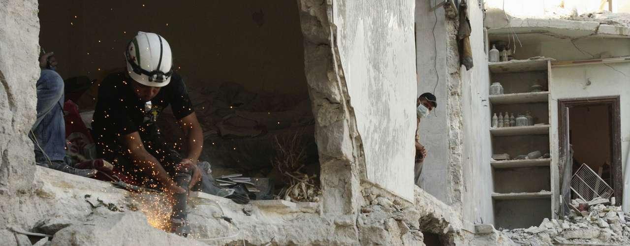 El director del OSDH, Rami Abdel Rahmane, quien no confirmó el uso de armas químicas, habló de 136 muertos al menos y añadió que el balance empeorará \