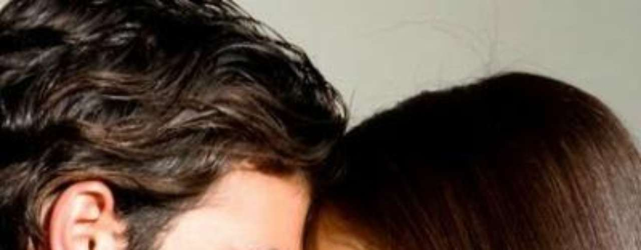 El primer encuentro entre Gaby Espino y Jencarlos Canela se dio en la telenovela 'Más Sabe El Diablo', donde la química fue innegable. Ella no podía tener un romance con el galán cubano-americano, pues estaba casada, pero una vez finalizó su matrimonio con Cristóbal Landerdio rienda suelta a su amor. Ahora, esperan su primer hijito juntos.