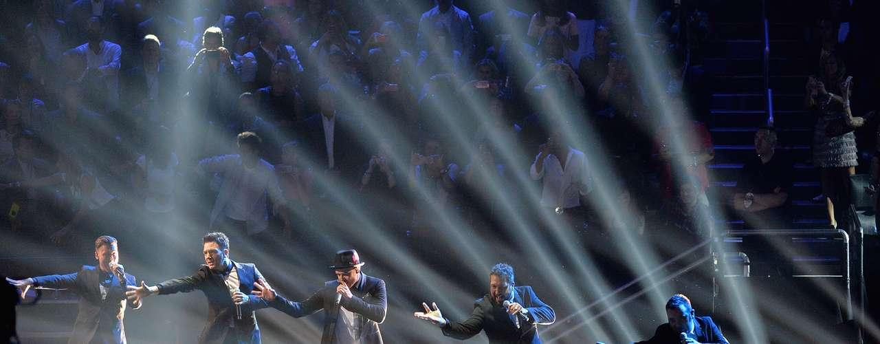 Timberlake también se reunió con sus compañeros de 'N Sync, el grupo del que formó parte hasta su disolución en 2002 y que no había actuado junto desde 2003.