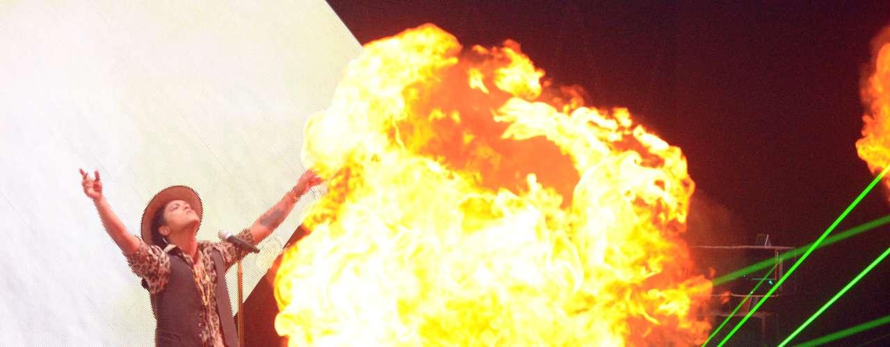 Bruno Mars llenó el escenario de fuego para estrenar su sencillo \
