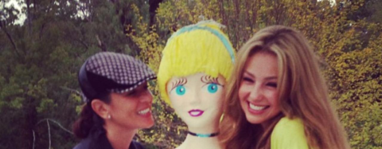 27 de Agosto - Thalía celebró su cumpleaños con una linda piñata que simulaba ser ella y que le regaló su amiga Yolanda Andrade