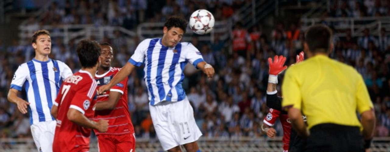El mexicano adelantó a la Real Sociedad al minuto 66 con este cabezazo.