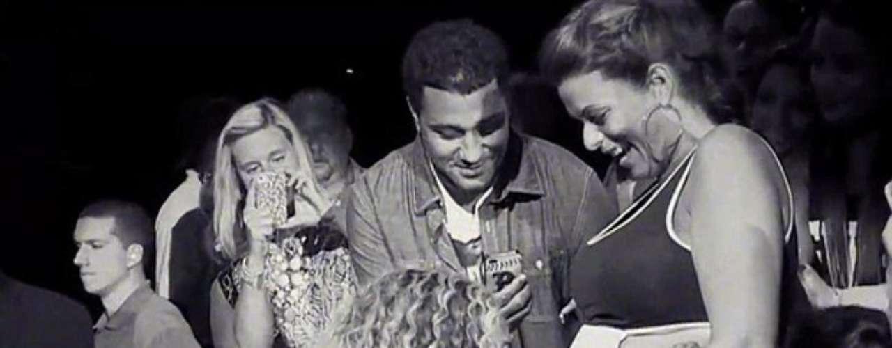 Agosto 29, 2013:¡Entrega total a su público! Beyoncé se acercó a una fan embarazada para acariciarle sus pancita, durante un concierto del \
