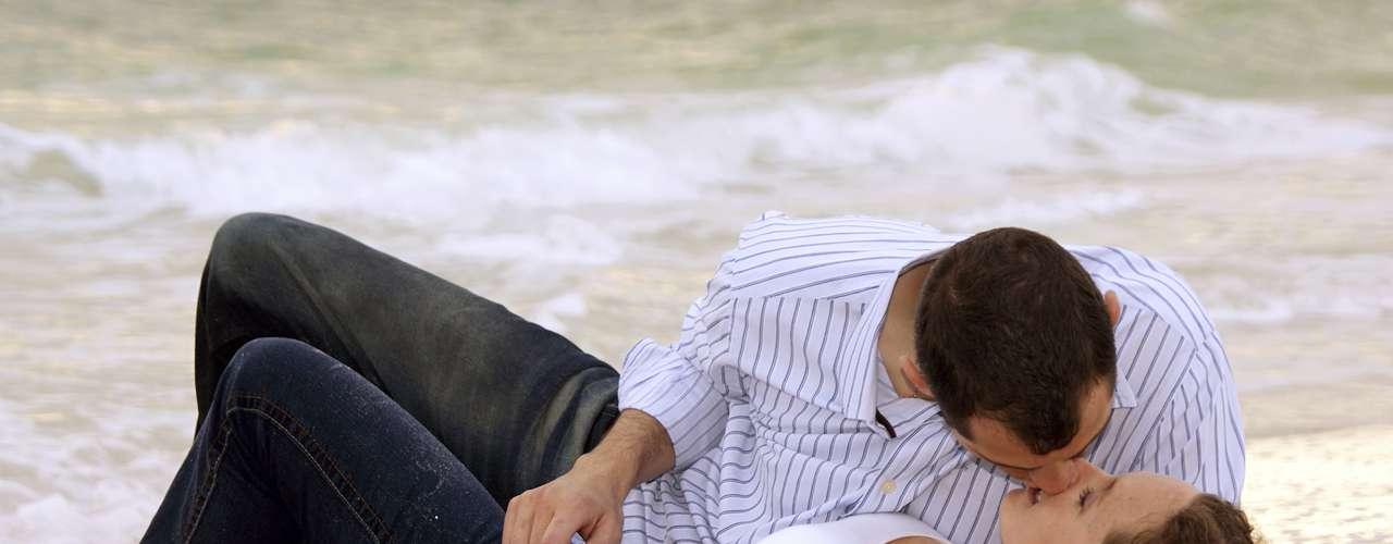 Playa. Sol, arena, olas, y un hombre encantador. ¿Quién puede resistirse? El sexo puede ser en la arena, en un banco, en el balcón o incluso en el agua, pero de todos modos va a ser fantástico.