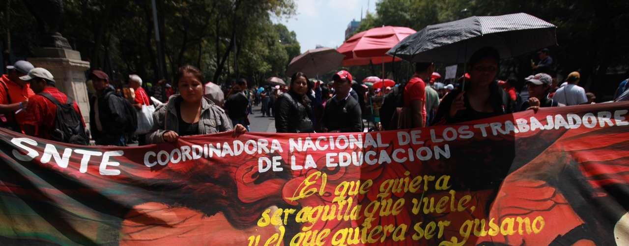 Los maestros niegan que manifestantes marchen con el rostro cubierto. A esta movilización magisterial se unieron estudiantes del Politécnico, de la U de la ciudad de méxico, así como integrantes de la Coordinadora nacional Plan de Ayala e incluso del Partido Comunista de México.