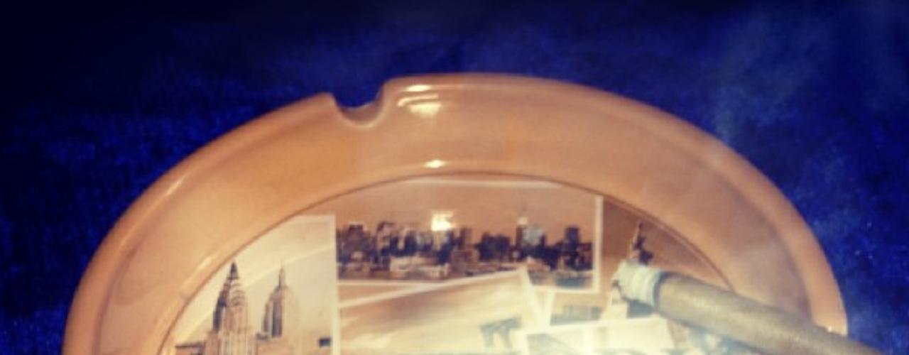 3 de Septiembre - ¿Qué tal esta imagen que nos regala Rihanna? La cantante posteó esta foto de un sospechoso cigarrillo. Mmmm... ¿de qué será?