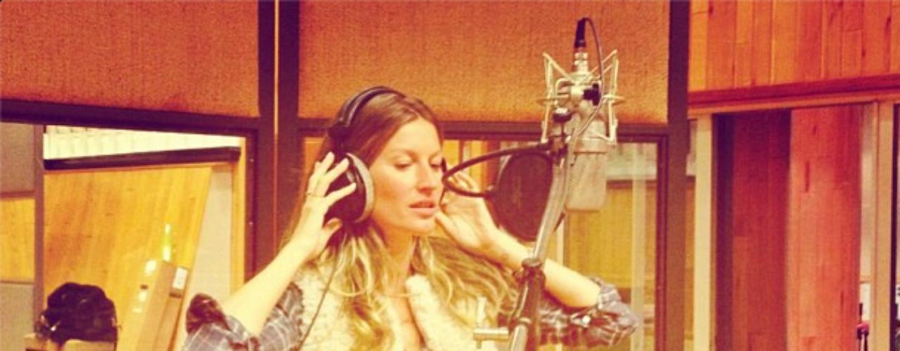 3 de Septiembre - Giselle Bündchen en el estudio de grabación donde la modelo debutó como cantante para la campaña de H&M