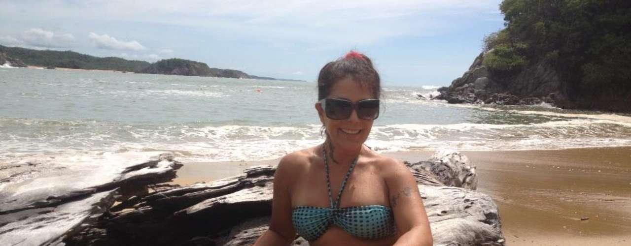 3 de Septiembre - Alejandra Guzmán goza de la vida en una playa donde se le ve muy repuesta, contenta y 'eternamente bella'.