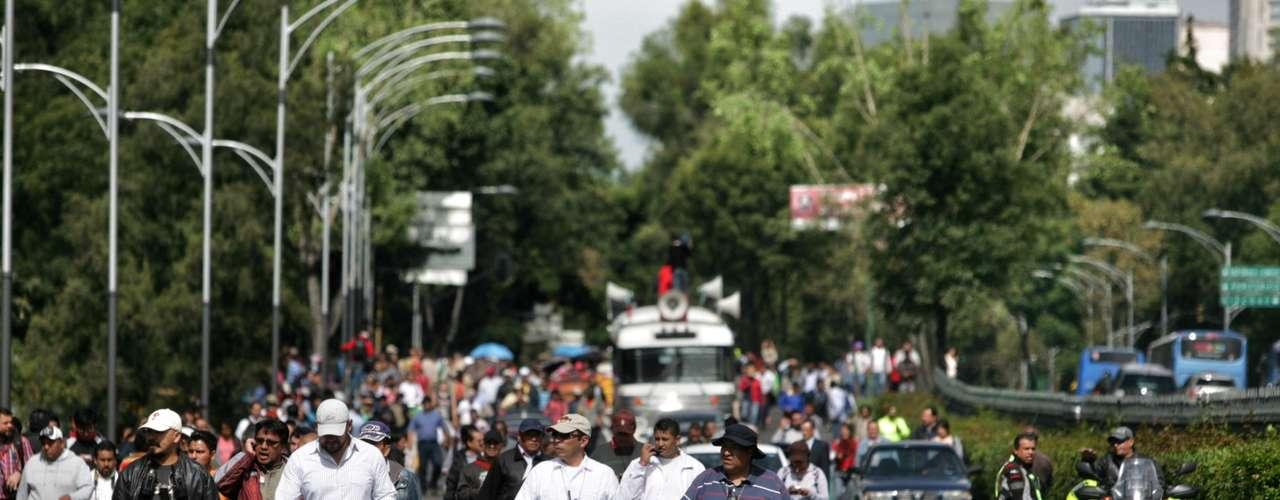 Los docentes realizaron un mitin frente al Senado de la República y bloquearon el tránsito en Paseo de la Reforma y en la Avenida de los Insurgentes.