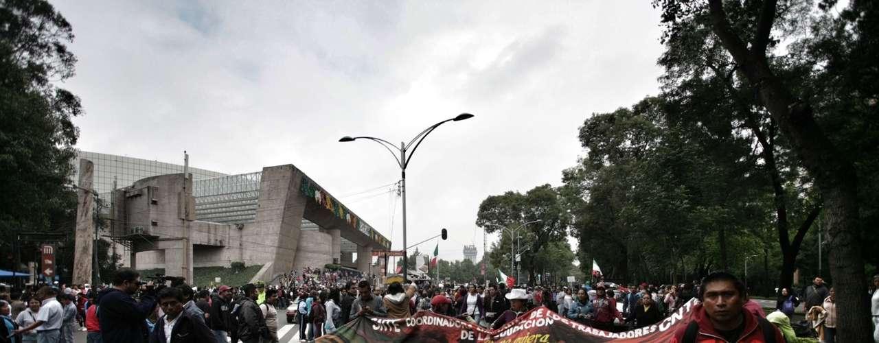 La movilización de la CNTE arribó a las inmediaciones de la Secretaría de Gobernación (Segob), sobre Bucareli, luego de marchar del Auditorio Nacional y efectuar un mitin frente al Senado.