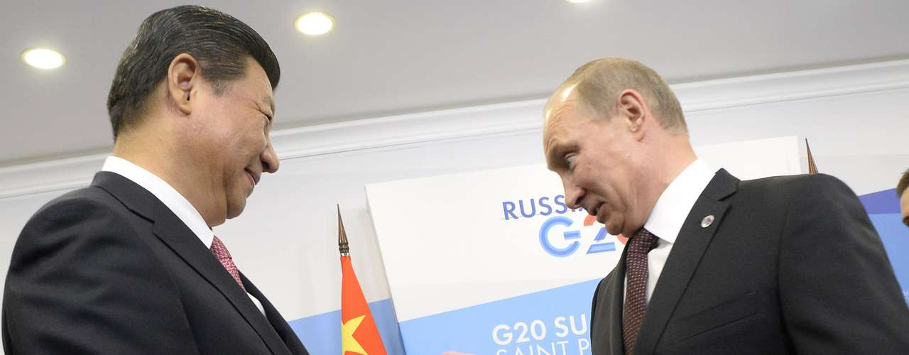 Russia's President Vladimir Putin (R) gestures as he meets with his Chinese counterpart Xi Jinping at the G20 Summit in Strelna near St. Petersburg, September 5, 2013.  REUTERS/Alexander Nemenov/Pool (RUSSIA - Tags: POLITICS BUSINESS)