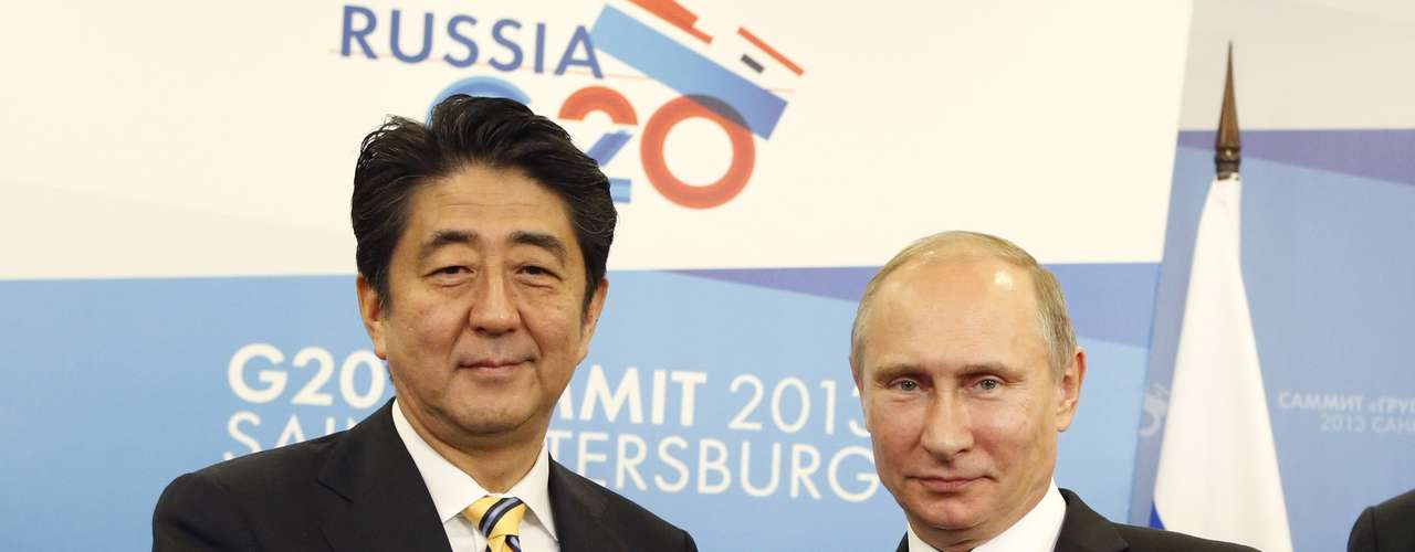 Russia's President Vladimir Putin (R) shakes hands with Japan's Prime Minister Shinzo Abe during a meeting at the G20 Summit in Strelna near St. Petersburg, September 5, 2013. REUTERS/Grigory Dukor (RUSSIA - Tags: POLITICS BUSINESS)