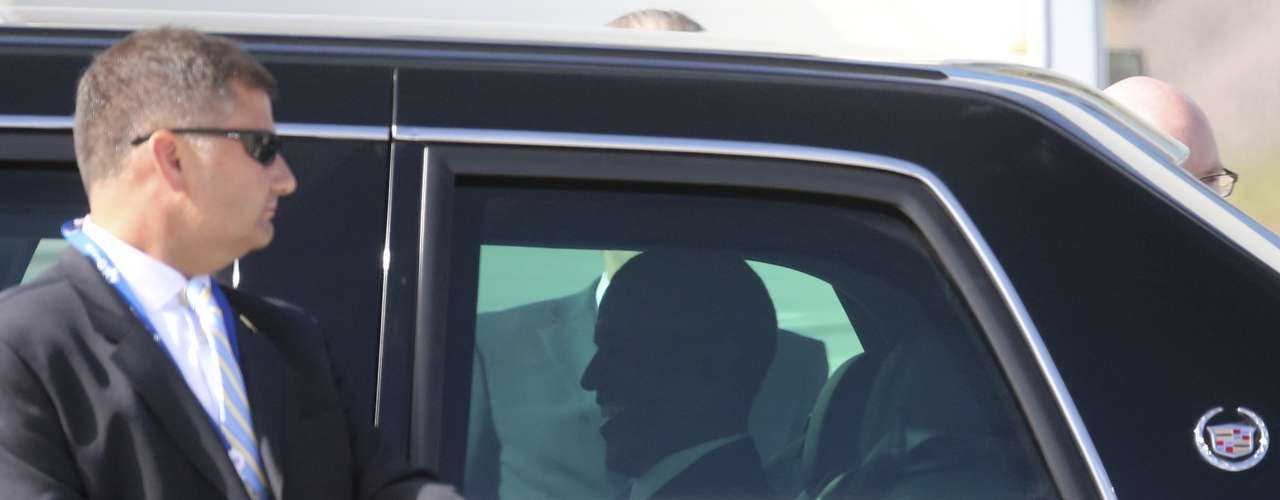 U.S. President Barack Obama sits inside a car upon his arrival for the G20 Summit in St. Petersburg September 5, 2013.  REUTERS/Alexander Demianchuk (RUSSIA - Tags: POLITICS BUSINESS)