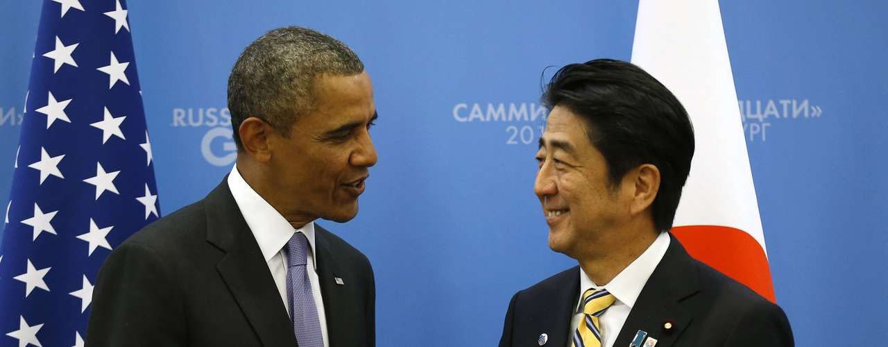 U.S. President Barack Obama (L) shakes hands with Japanese Prime Minister Shinzo Abe at the G20 Summit in St. Petersburg, Russia September 5, 2013. REUTERS/Kevin Lamarque  (RUSSIA - Tags: POLITICS BUSINESS)