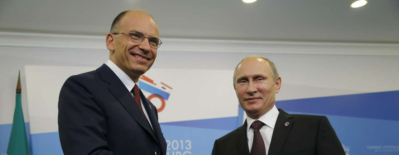 Russia's President Vladimir Putin (R) shakes hands with Italy's Prime Minister Enrico Letta during their meeting at the G20 Summit in Strelna near St. Petersburg September 5, 2013. REUTERS/Dmitry Lovetsky/Pool (RUSSIA - Tags: POLITICS BUSINESS)