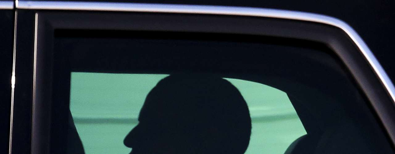 U.S. President Barack Obama smiles as he sits inside a car upon his arrival for the G20 Summit in St. Petersburg September 5, 2013. REUTERS/Alexander Demianchuk (RUSSIA - Tags: POLITICS BUSINESS)