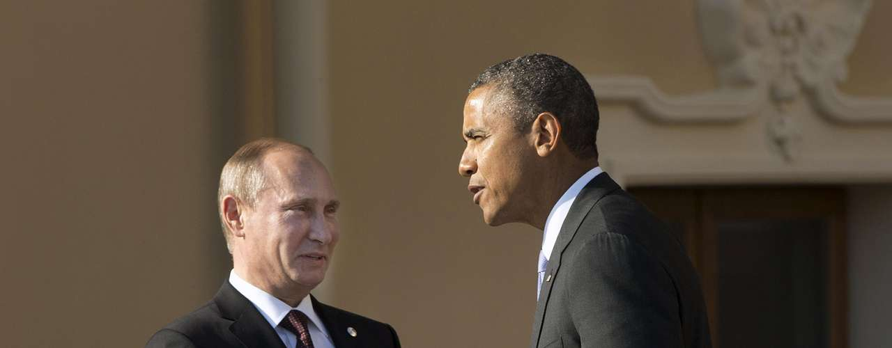 U.S. President Barack Obama shakes hands with Russia's President Vladimir Putin during arrivals for the G-20 summit at the Konstantin Palace in St. Petersburg, Russia September 5, 2013. REUTERS/Pablo Martinez Monsivais/Pool (RUSSIA - Tags: POLITICS BUSINESS)